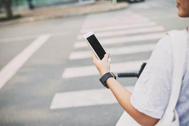 Attraversare la strada col cellulare: la responsabilità del pedone 2